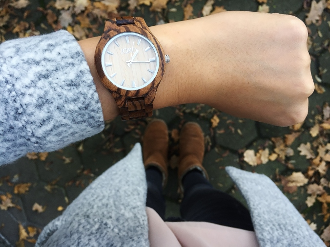 jord-wood-watch-wrist-outer